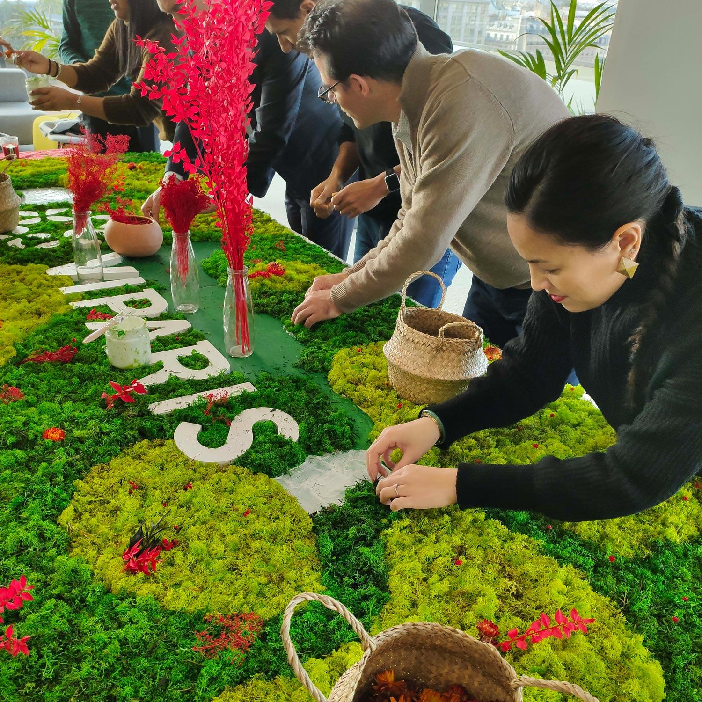 Activité fresque végétale collaborative avec les collaborateurs de Viparis