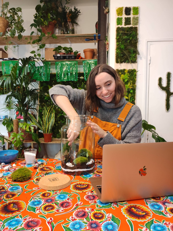 Atelier Terrarium en visioconférence : notre animatrice explique pas à pas aux participants comment réussir leur Terrarium