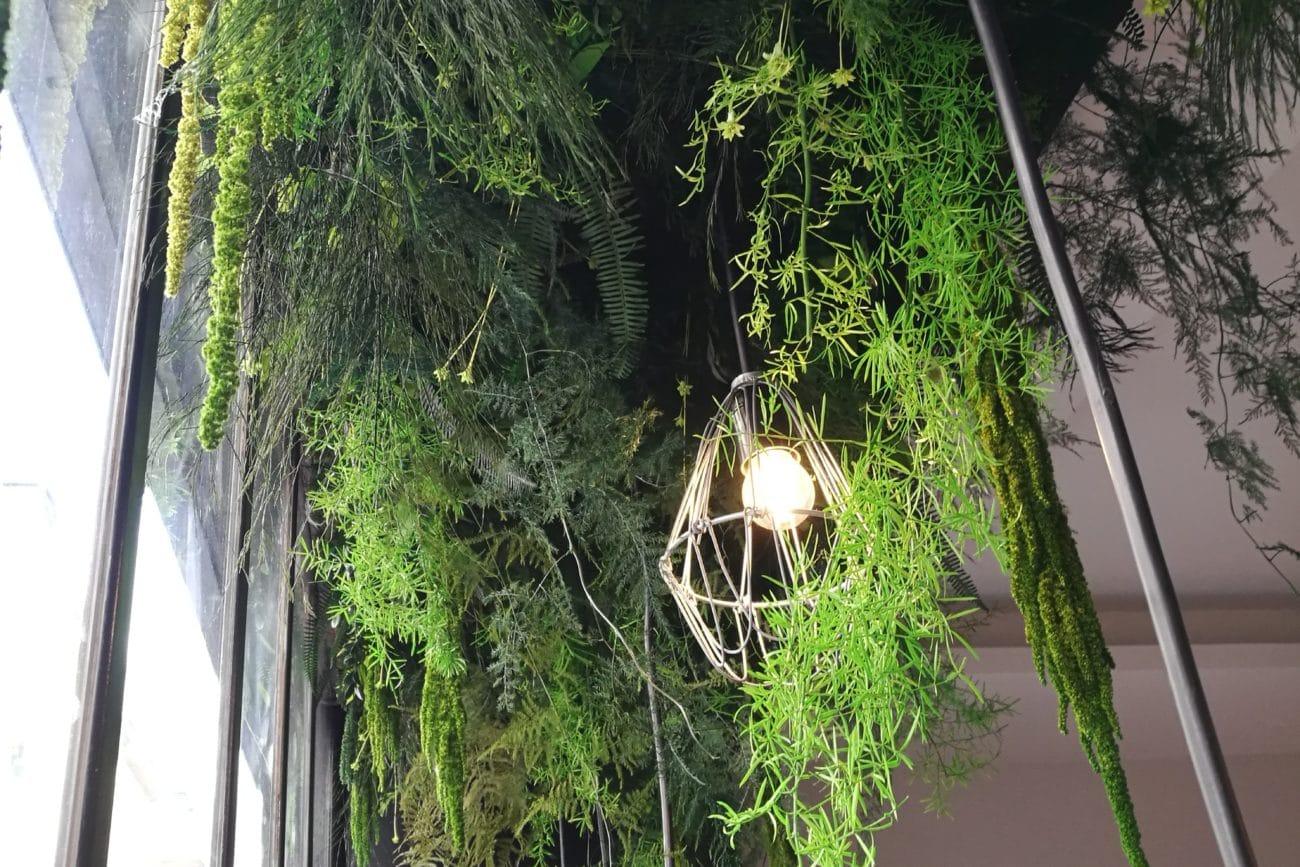 Design végétal : Plafond végétal pour le salon de coiffure Bobby Pins